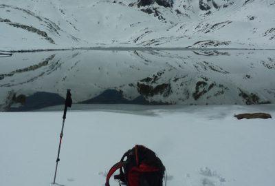 Sac à dos dans la neige au Lac du Lauzanier